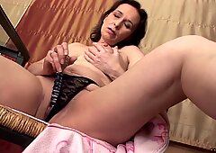 Saggy boobed mature dildoing herself