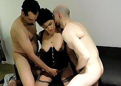 vino  un  compa&ntilde_ero  de mi marido  y me cojieron  lindo  entre  los dos