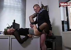 Azubi Lisa bumst mit Ihrem Chef auf dem Schreibtisch