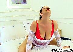 British milf Eva Jayne loves filling up her fanny