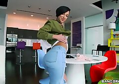 Jada Stevens presents his big ass, in his new jeans, you will harden !!!