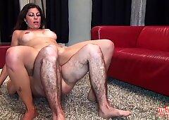 Sibylle, cougar aux gros seins, se fait prendre le cul