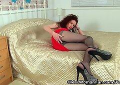 UK milf Scarlet Louise pleasures her soaking wet fanny