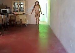 La nena de Ica mostrando su cuerpecito femenino a su cliente que la va a penetrar...
