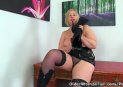 British milf Shooting Star boinks her willing coochie with a fuck stick